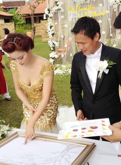 Vũ Thu Phương và chú rể ký tên và bảng lưu niệm chữ ký chúc mừng dành cho khách mời. Ảnh: D.L.